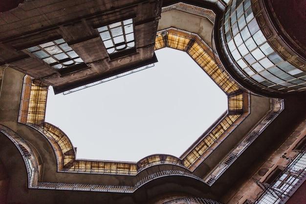 Dolny widok na starym dziejowym budynku w budapest mieście, węgry.