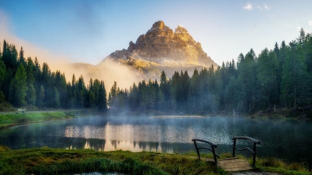 Dolomity, włochy krajobraz przy jeziornym antorno.