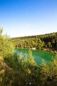 Doły zalane zieloną wodą. powstały po produkcji kredy.