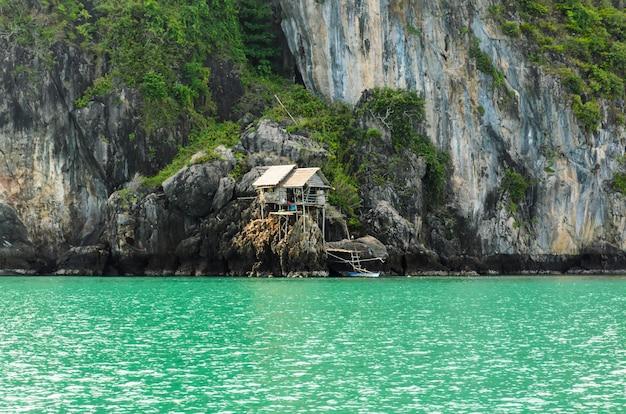 Dom dla pracowników opieki na wyspie ko maphrao jako miejsce do budowy gniazda ptactwa martin w prowincji chumphon w tajlandii