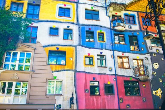 Dom hundertwassera z ogrodem na piętrze w wiedniu, austria