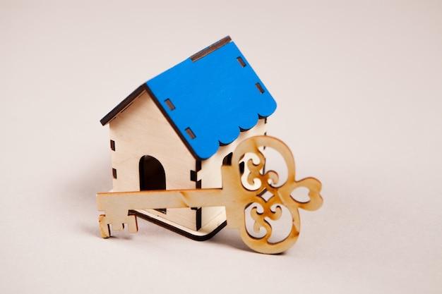 Dom i klucz na stole
