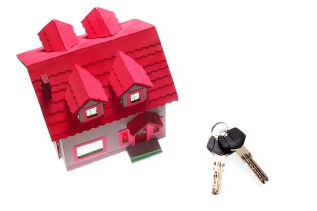 Dom i klucze jako pojęcie kredytu hipotecznego na białym tle