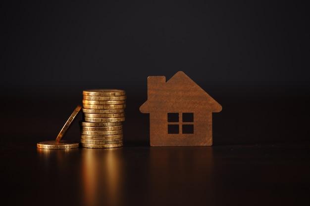 Dom i stos monet. kredyt hipoteczny ładowania nieruchomości z koncepcją banku pieniędzy pożyczki.