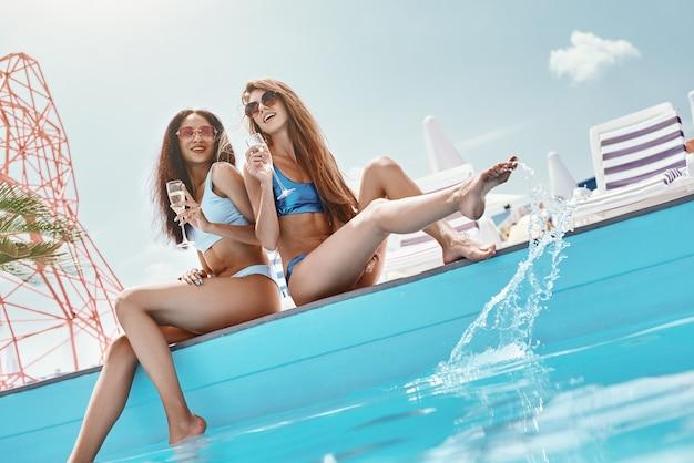 Dom jest tam, gdzie basen to dziewczyny siedzące przy basenie pluskające się w wodzie i?