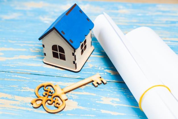 Dom, klucze i papiery na stole