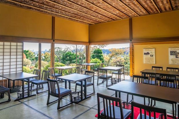 Dom kobuntei z widokiem na japoński park publiczny to tradycyjny japoński dom położony w kairakuen i otwarty dla publiczności, ibaraki, japonia