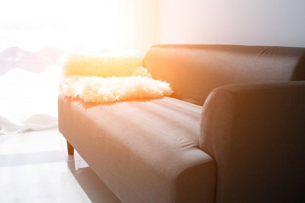 Dom, koncepcja nieruchomości i mebli - mężczyzna dekorowanie nowego domu - wprowadzenie dywanik na kanapie