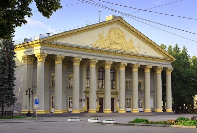 Dom kultury im. gorkiego w nowosybirsku zabytek architektury sowieckiego klasycyzmu