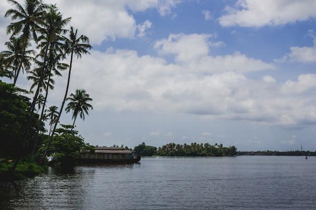 Dom łodzi na rzece