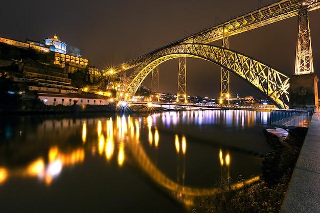 Dom luis przerzucam most w porto w nocy, portugalia