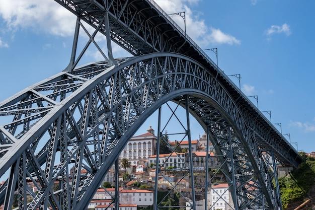 Dom luise przerzucam most nad rzeką douro, miasto porto w portugalii