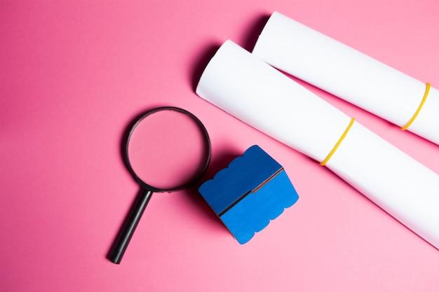Dom, lupa i papier na nk. koncepcja wyszukiwania w domu
