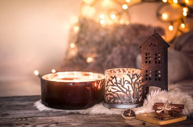 Dom martwa natura we wnętrzu z pięknymi świecami, na stole w przytulnym wystroju domu