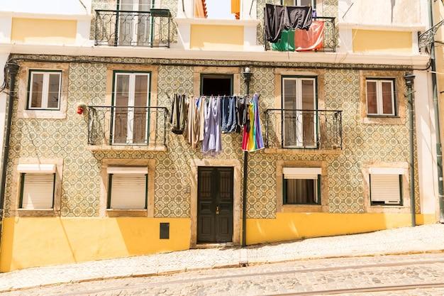 Dom mieszkalny, balkony z pralnią, linie tramwajowe w pobliżu domu