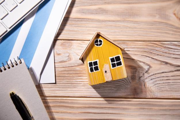 Dom modelowy na sprzedaż i wykresy. pojęcie nieruchomości.