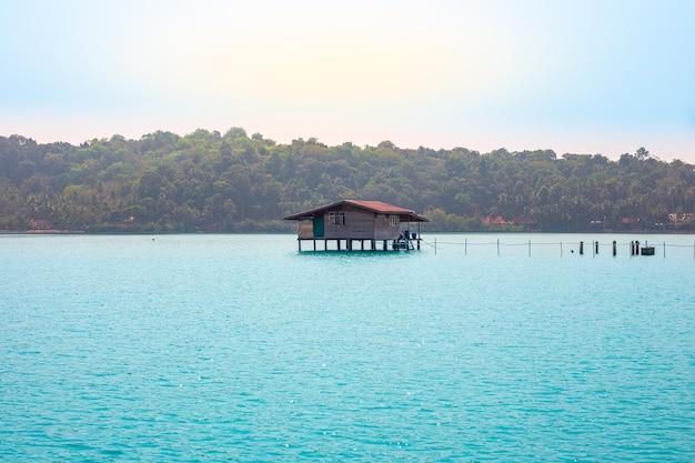 Dom na palach w wiosce rybackiej bang bao na wyspie koh chang