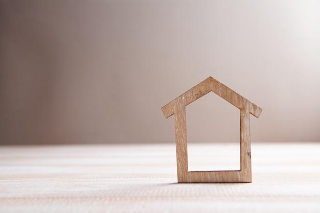 Dom na stole na brązowym tle