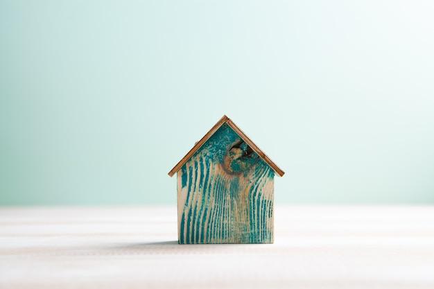 Dom na stole na niebieskim tle