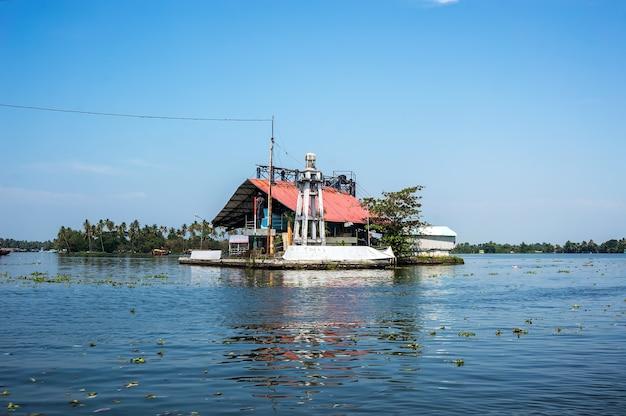 Dom na wodzie. obudowa w jeziorze w cellarer india