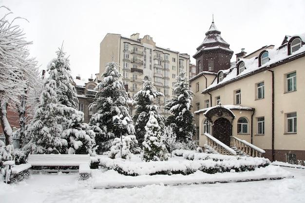 Dom na wsi podczas obfitych opadów śniegu