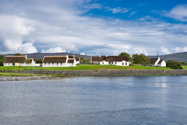 Dom na wybrzeżu. krajobraz