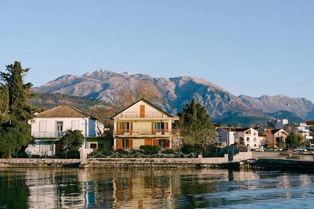 Dom nad morzem trzypiętrowy dom nad brzegiem zatoki kotorskiej w mieście tivat