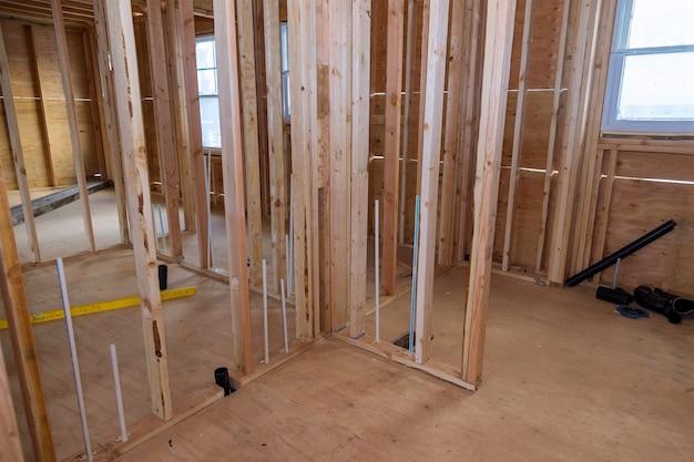 Dom o konstrukcji drewnianej w konstrukcji szkieletowej na nowym osiedlu w budowie
