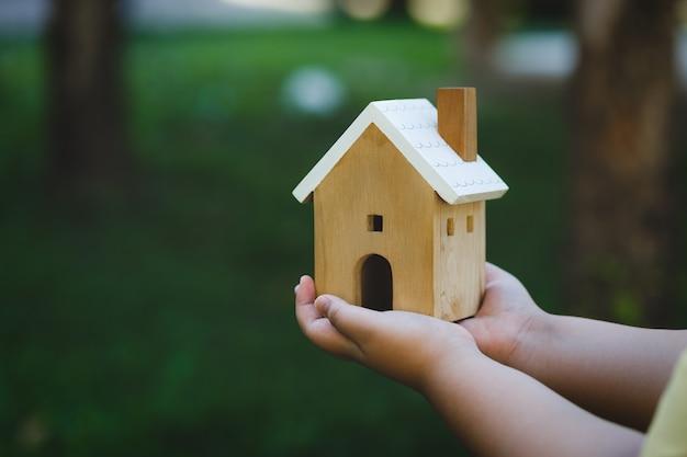 Dom pod ręką, wszystkie pojęcia dla domu. kupić dom. dom na sprzedaż i wynajem z remontem