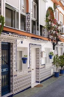 Dom pokryty dekoracyjnymi płytkami w cala de mijas