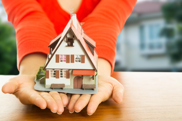 Dom pośrednika w obrocie nieruchomościami do inwestycji w biznes ręce.