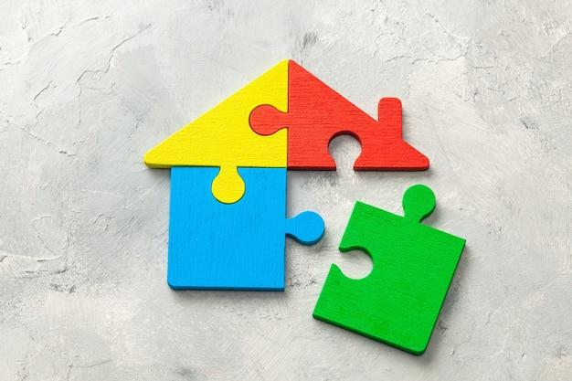 Dom puzzle pożyczka domowa. części domu są połączone.