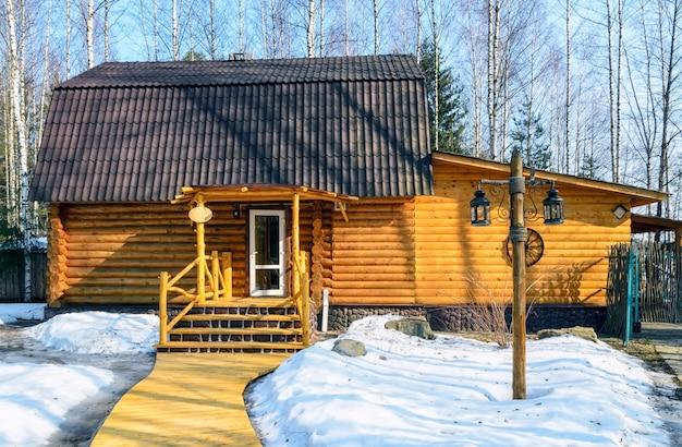 Dom rosyjskiej łaźni w zimowym lesie