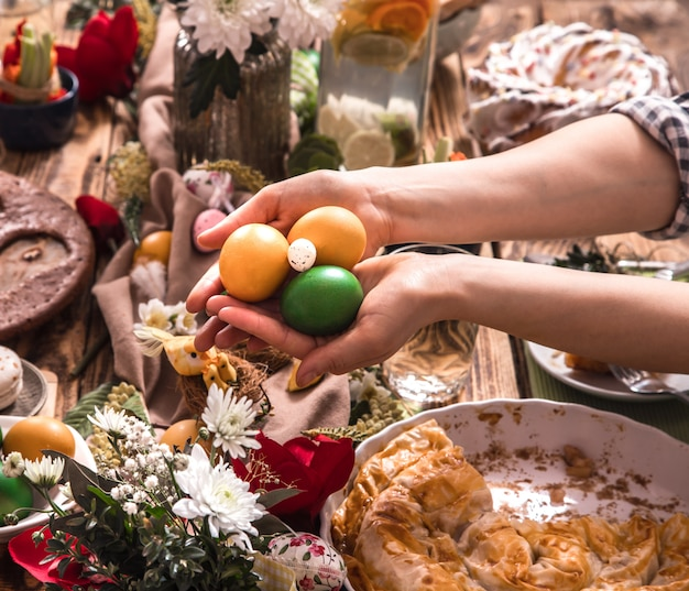 Dom świąteczni przyjaciele lub rodzina przy świątecznym stole