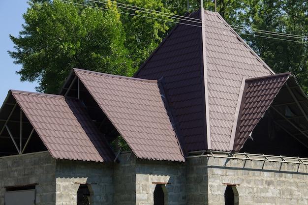 Dom w budowie. detal dachówki na zakładkę