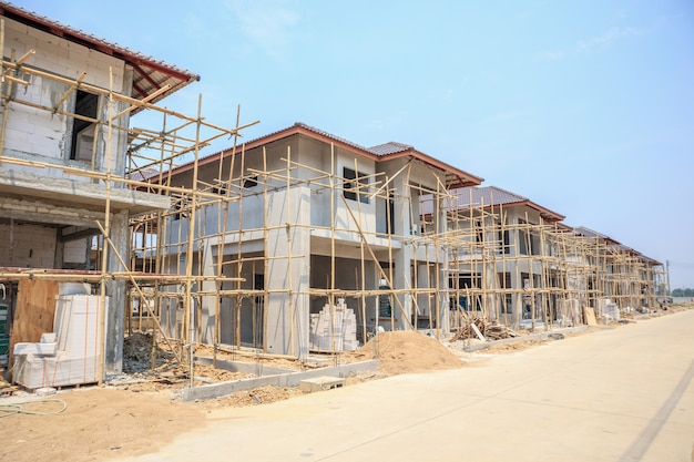 Dom w budowie o konstrukcji z bloczków z autoklawizowanego betonu komórkowego na placu budowy