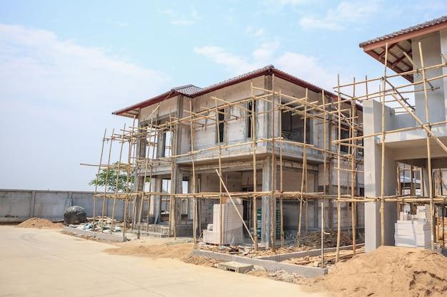 Dom w budowie w konstrukcji z bloczka autoklawizowanego gazobetonu na budowie