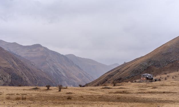 Dom w górach na tle nieba