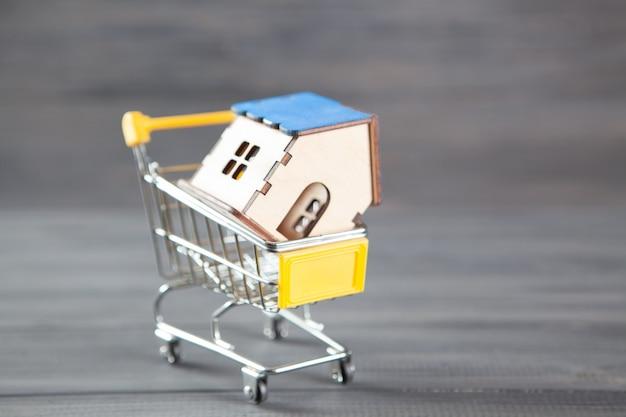 Dom w koszu. koncepcja zakupu domu na szaro