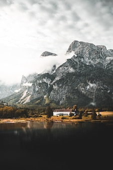 Dom w naturalnym krajobrazie z górą