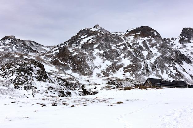 Dom w zaśnieżonych górach