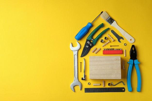 Dom wykonany z narzędzi roboczych na żółto