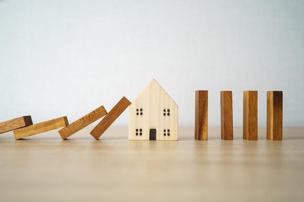Dom wzorcowy, aby przełamać poprzeczkę. ciągłe opadanie. koncepcja zabezpieczenia zapobieganie błędom