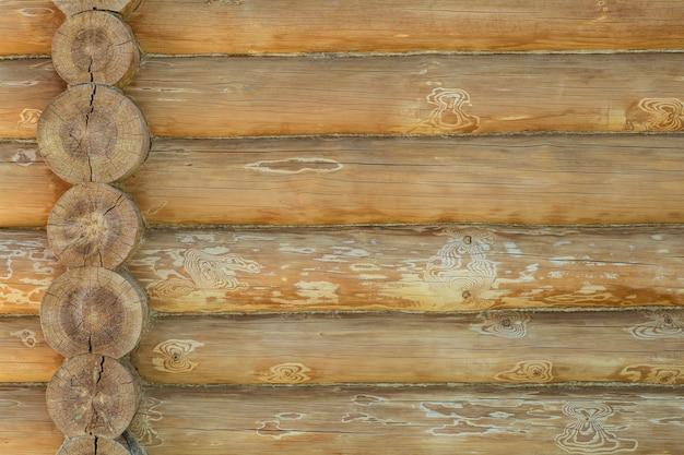 Dom z bali w tle ściany. budowa drewnianego ekologicznego domu z naturalnych materiałów. wzór i faktura drewnianego muru. zdjęcie wysokiej jakości