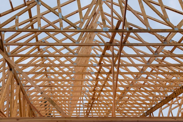 Dom z drewnianym dachem konstrukcja mieszkaniowa