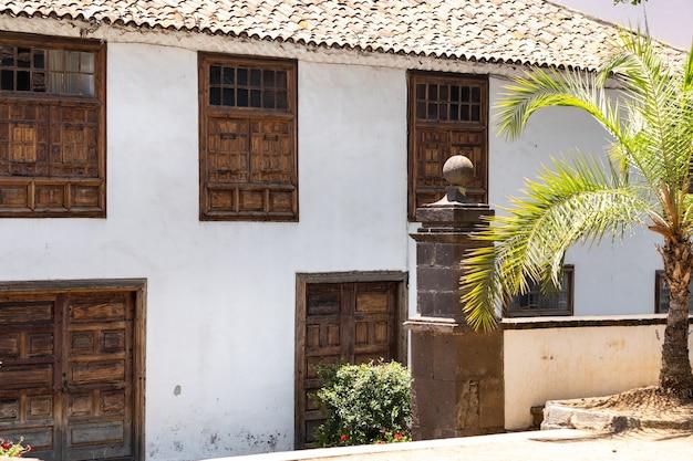 Dom z oknami przy ulicy starego miasta w garachico na teneryfie