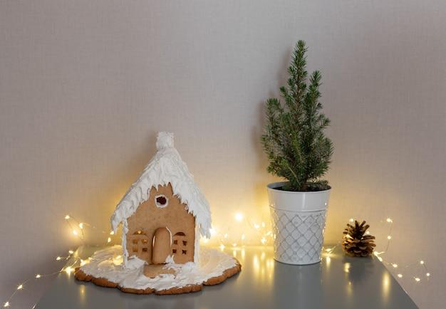 Dom z piernika mała choinka na stoliku do kawyświąteczna koncepcja żywności świątecznej