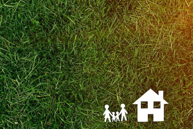 Dom z rodziną na trawy tle