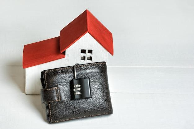 Dom z torebką i zamkiem. bezpieczny zakup domu. nieruchomości, hipoteka.