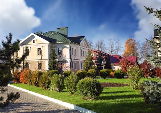 Dom z wypielęgnowanym ogrodem jesienią